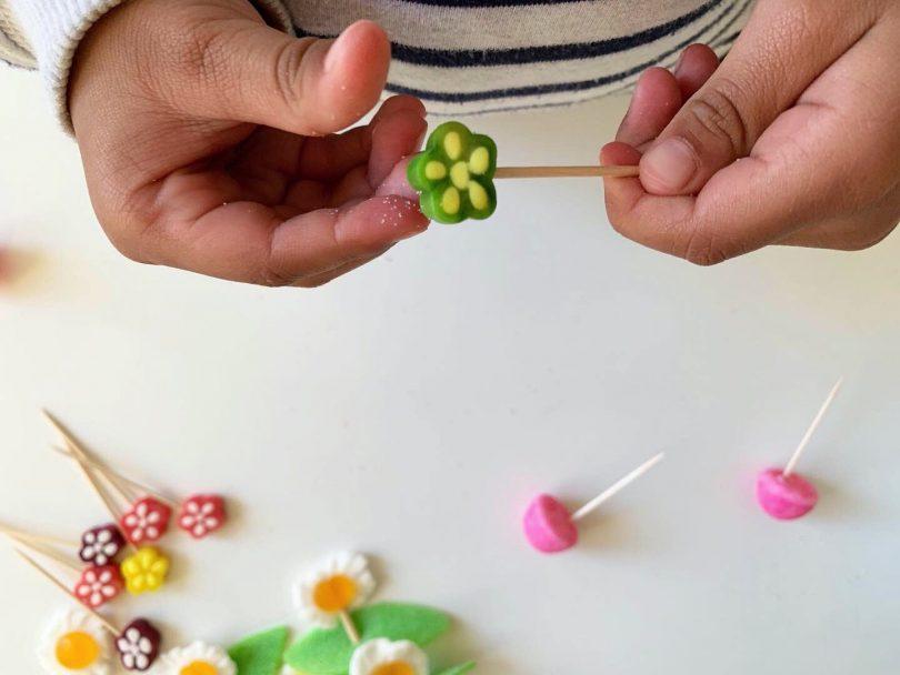 Les bonbons sur les piques en bois : les fleurs de la jardinière en bonbons