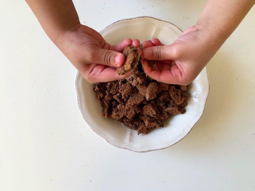 Activité jardinière en bonbon : émietter les cookies !