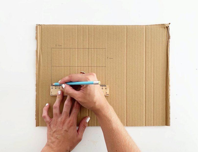 Une règle, un crayon et un carton : c'est parti pour le DIY du loto de la mer !