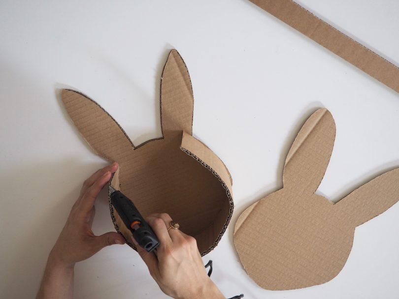 C'est le moment d'assembler les deux parties du lapin pour confectionner le panier.