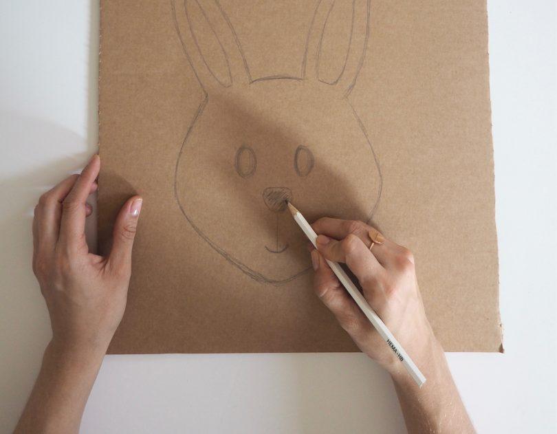 Dessiner sur le carton le visage du lapin rigolo.