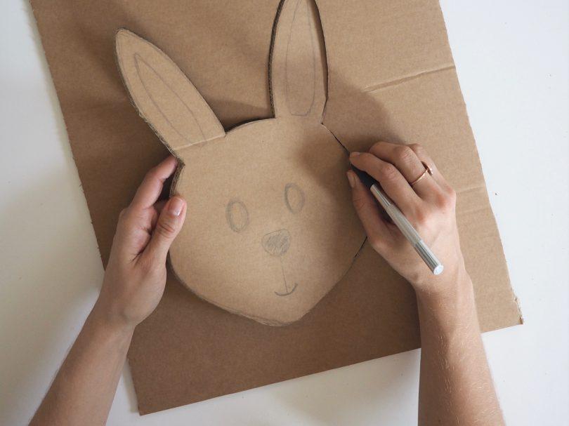 Il est temps de découper le visage du lapin maintenant qui servira à créer le panier de Pâques.