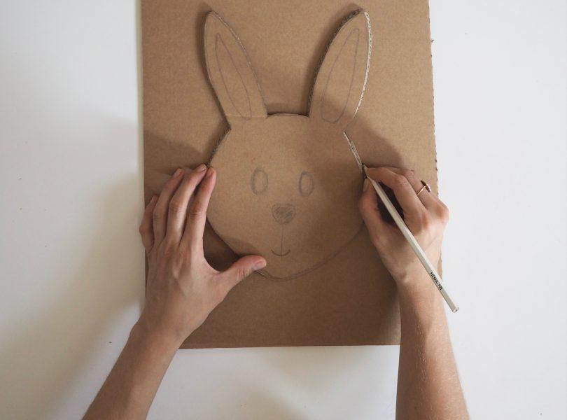 Pour continuer ce DIY de panier de Pâques, on dessine le deuxième lapin grâce au gabarit du premier.
