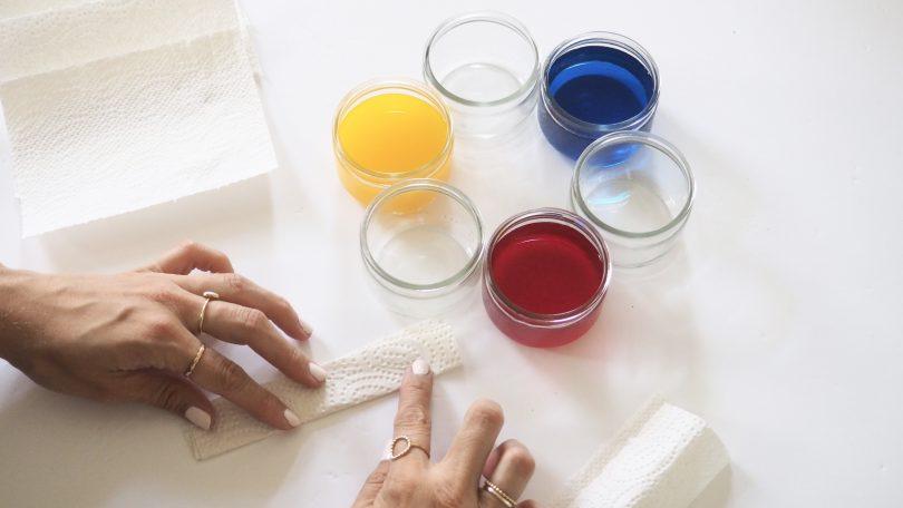 Plier l'essuie tout pour bientôt découvrir la magie des couleurs !