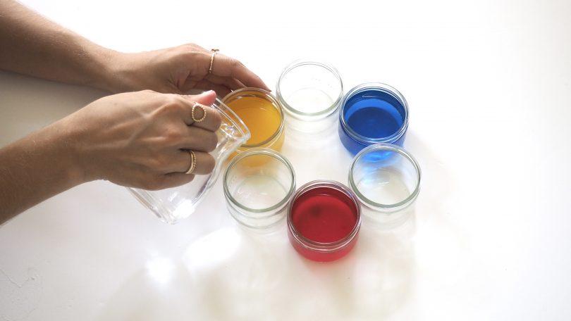 remplir les récipients d'eau sur le colorant alimentaire