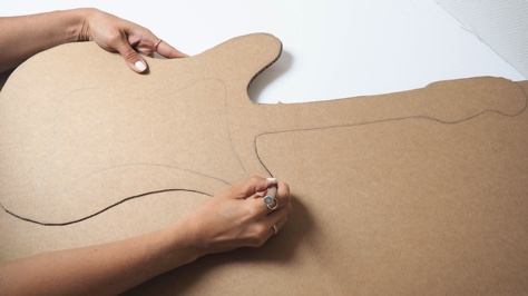 découper la guitare en carton