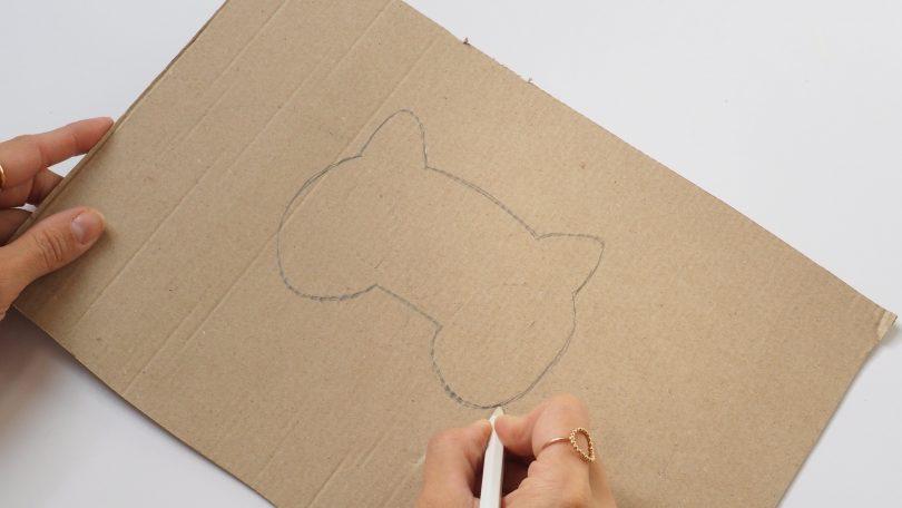 Commencer par dessiner les contours du masque pour halloween
