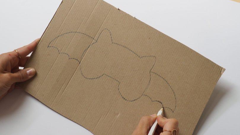 Sur le carton, dessiner les ailes de la chauve-souris
