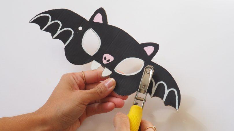 Réaliser des petits trous pour faire passer le lien, pour porter le masque